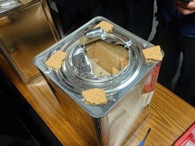 箱の中身は缶入りのクラッカー。