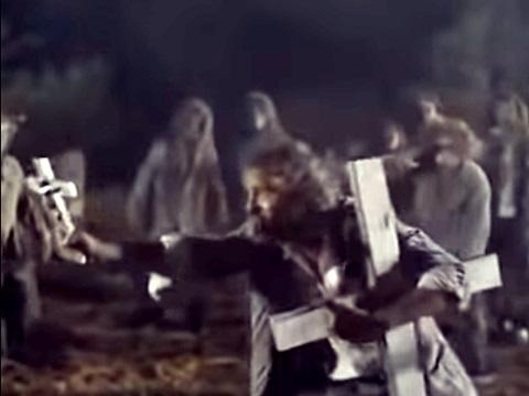 映画「ゴゲリアン 墓場のえじき」十字架を恐れるゾンビ達