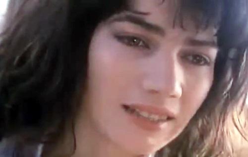 映画「魔性のしたたり 屍ガールズ」に登場する美女の画像。