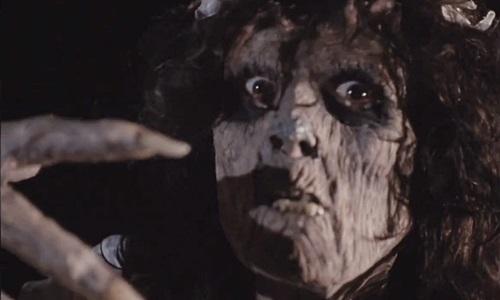 映画「魔性のしたたり 屍ガールズ」の女ゾンビの画像。